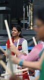 Indisk kvinna som undervisar Dandiya Royaltyfri Foto