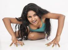 Indisk kvinnlig modellskara i studiovitbakgrund Arkivbild