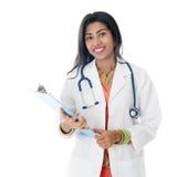 Indisk kvinnlig stående för medicinsk doktor royaltyfria bilder