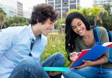 Indisk kvinnlig student som lär med den caucasian manliga studenten royaltyfria foton