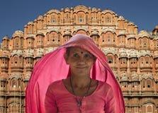 Indisk lady - slotten av windsna - Jaipur - Indien Royaltyfri Fotografi