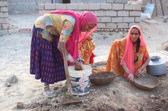 Indisk lantlig kvinna i arbets- arbete Royaltyfri Foto