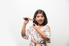 Indisk liten flicka som använder teleskopet och studerar utrymmevetenskap arkivbilder