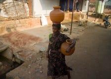 indisk livstid Kvinna med leratillbringareamfora, en på huvudet, vattenbärare fotografering för bildbyråer
