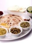 indisk lunch för chapatticurry arkivbilder