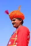Indisk man i traditionellt kläderdeltagande i ökenfestival Arkivfoton