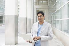 Indisk man med bärbara datorn fotografering för bildbyråer