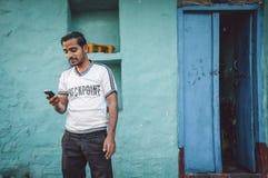 Indisk man med telefonen Arkivfoton