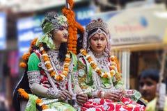 Indisk man och kvinna i medborgaredräkter på festivalen. Fotografering för Bildbyråer