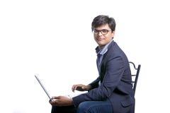 Indisk man som arbetar på bärbara datorn Arkivbild