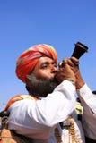 Indisk man som blåser hornet under konkurrens för herr Desert, Jaisalmer, Royaltyfri Fotografi
