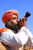 Indisk man som blåser hornet under konkurrens för herr Desert, Jaisalmer, Royaltyfri Bild