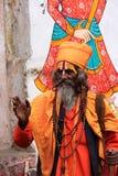 Indisk man som går i gatan av Udaipur, Indien Arkivbild