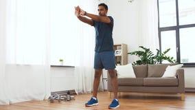 Indisk man som hemma övar och gör squats stock video