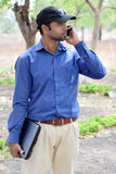 Indisk manlig affärsman med utomhus- fotografi för bärbar dator arkivfoto