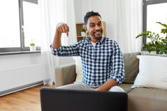 Indisk manlig blogger som ner pekar fingret hemma arkivfoton