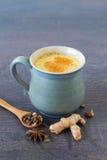 Indisk masala chai med kryddor Arkivbilder