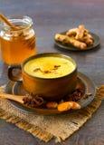 Indisk masala chai med kryddor Royaltyfri Fotografi
