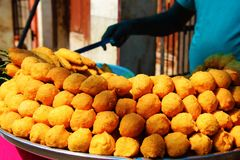 Indisk mat Pakoda för manförsäljningsgata royaltyfria bilder