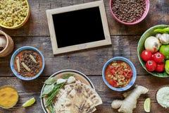 Indisk matlagning I mitten finns det en tom ram för texten Olik vegetarisk disk som göras av linser, lokala mellanmål i mult royaltyfria bilder