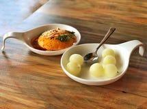 Indisk maträtt - Dhokla Idli och kortkort Rasgulla arkivbild