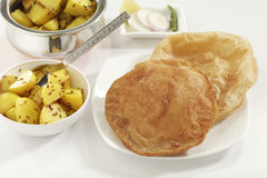 Indisk maträtt stekt potatis med spiskummin tillsammans med Puri det stekte indiska brödet Royaltyfria Foton