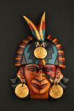 Indisk Mayan Aztec keramisk maskering med fjädern på svart Arkivfoto
