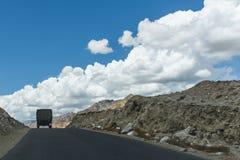 Indisk militär lastbil på en rak väg Arkivfoton
