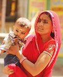 Indisk moder med hennes barn Arkivbilder