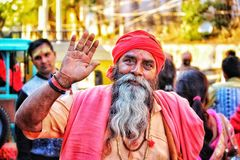 Indisk munk som ger välsignelse arkivfoton