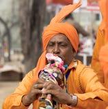 Indisk musiker som spelar pickolaflöjten royaltyfria foton