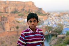 Indisk pojke framme av fortet Fotografering för Bildbyråer