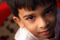 indisk pojke little le för stående Arkivfoto