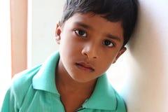 indisk pojke little som är SAD Arkivbild