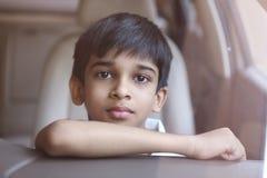 indisk pojke little stående Arkivfoton