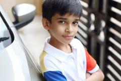 indisk pojke little stående Arkivfoto