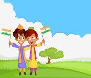 Indisk pojke som hissar flaggan av Indien Royaltyfri Bild