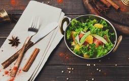Indisk restaurangmaträtt för strikt vegetarian och för vegetarian, sallad för ny grönsak Arkivbilder