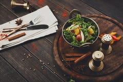 Indisk restaurangmaträtt för strikt vegetarian och för vegetarian, sallad för ny grönsak Fotografering för Bildbyråer