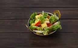 Indisk restaurangmaträtt för strikt vegetarian och för vegetarian, sallad för ny grönsak Royaltyfria Foton