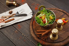 Indisk restaurangmaträtt för strikt vegetarian och för vegetarian, sallad för ny grönsak Royaltyfri Bild