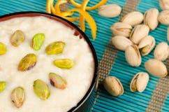 Indisk risgrynsgröt och torkat - frukt Arkivfoto