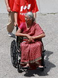 indisk rullstolkvinna Arkivfoto