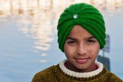 Indisk sikh- pojke i guld- tempel amputees india Royaltyfria Bilder