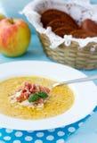 Indisk soppa med äpplet, curry, bacon och basilika Royaltyfria Bilder