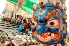 Indisk souvenirmarknad med den gamla trämaskeringen av den Mahakala guden som är populär i Hinduism och buddism Royaltyfri Foto