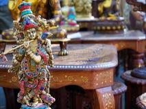 Indisk souvenirstatyett Krishna med flöjten royaltyfri bild