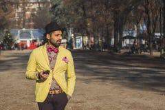 Indisk stilig man som smsar i ett stads- sammanhang Arkivfoton
