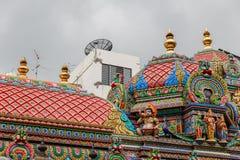 Indisk tempel med skulptur som dekoreras i staden arkivbilder