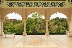Indisk themed arkitektur Valvgångar som ut ser på en trädgård royaltyfria bilder